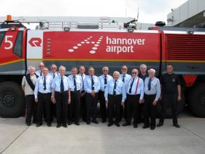 Die Altersabteilung im Jahr 2012 bei der Besichtigung der Flughafenfeuerwehr Hannover